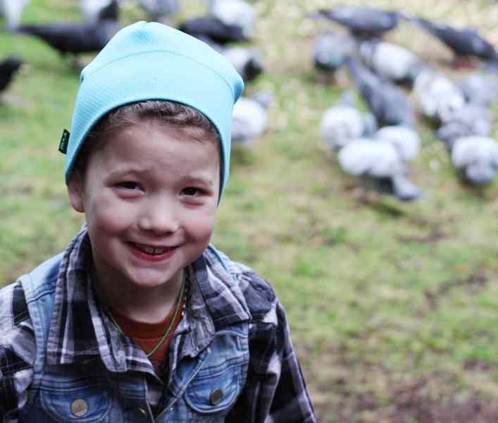 8-летняя девочка дружит с воронами и те дарят ей подарки