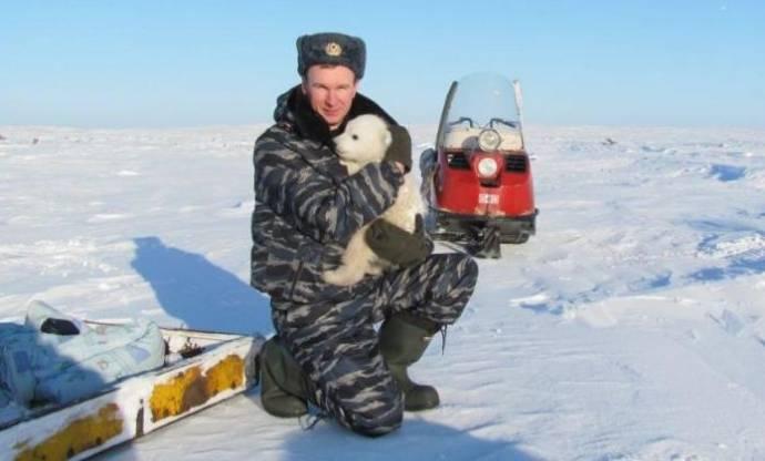 «Медвежий патруль» WWF России помогает спасти белого медвежонка